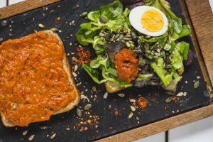Tost sa aromaticnom salatom i ajvarom recepti